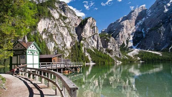 Sommeridyll: Der Pragser Wildsee inmitten romantischer Dolomiten-Gipfel
