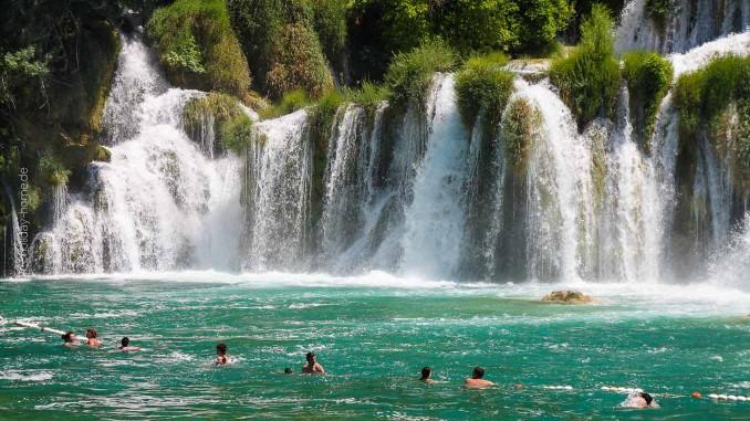 Nationalpark Krka: Hier kann man direkt unter den Wasserfällen baden