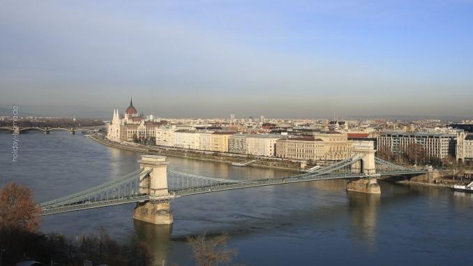 Budapest - Blick von der Fischerbastei auf die Donau mit Parlamentsgebäude