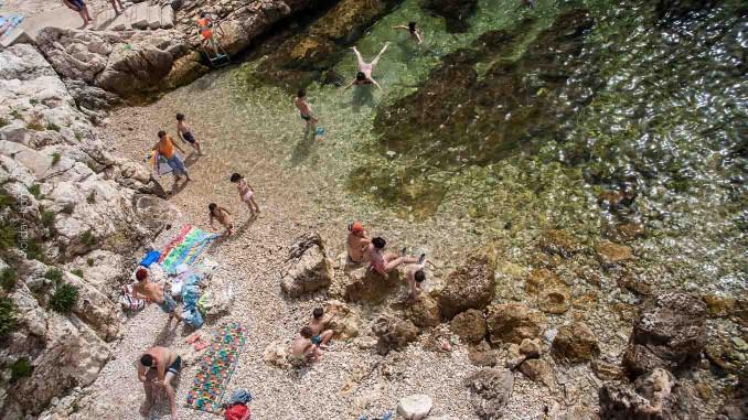 Badebucht in Rovinj - ein Mix aus Felsen uns Kies