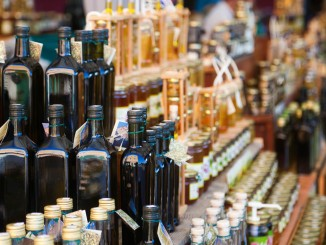 Mitbringsel aus Kroatien: Marktstand mit Öl und Honig