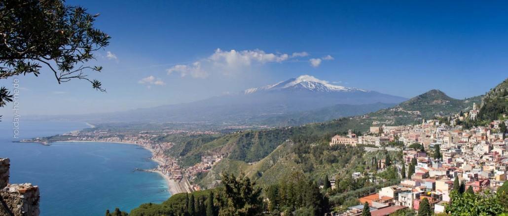 Günstig Urlaub machen, zum Beispiel auf Sizilien: Atemberaubender Blick von Taormina auf den Ätna