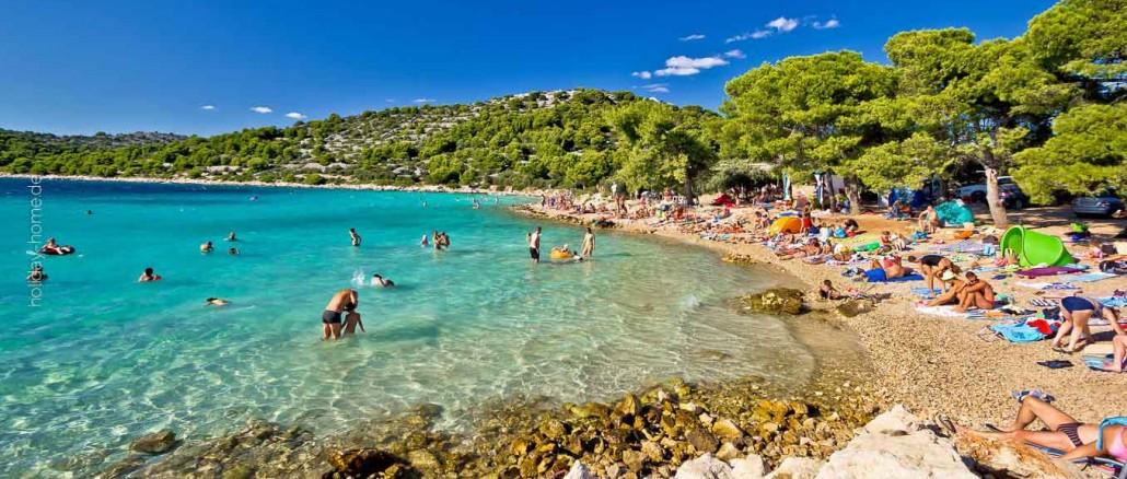 Kroatien Reisetipps: Urlaub in Kroatien in einer Ferienhaus: Das kristallklare Wasser der Adria umspült die INsel Murter