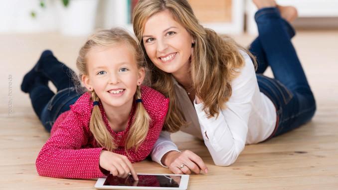 Mutter und Tochter kümmern sich um den nächsten Ferienhaus-Urlaub